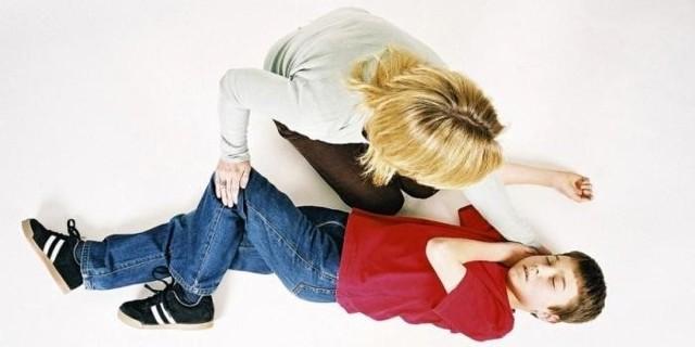 Ребенок упал в обморок: причины, первая помощь, что делать